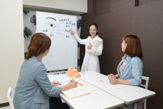 *認定校の併用* 当サロンは、JLA  日本まつ毛エクステンション専門家会認定サロンと同時に認定校も運営。 未経験から始めた方も多く、今では即戦力として活躍しています。そんなスタッフから技術を学ぶ事も可能です。  一生モノのスキルを学びたい方、スキルUPしたい方ぜひご相談下さい。